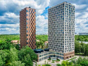 Комплекс состоит из трех башен на едином стилобате